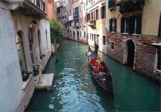 ベネチア運河とゴンドラ