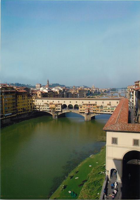 ウフィツィ美術館内から眺めるポンテ・ヴェッキオ橋